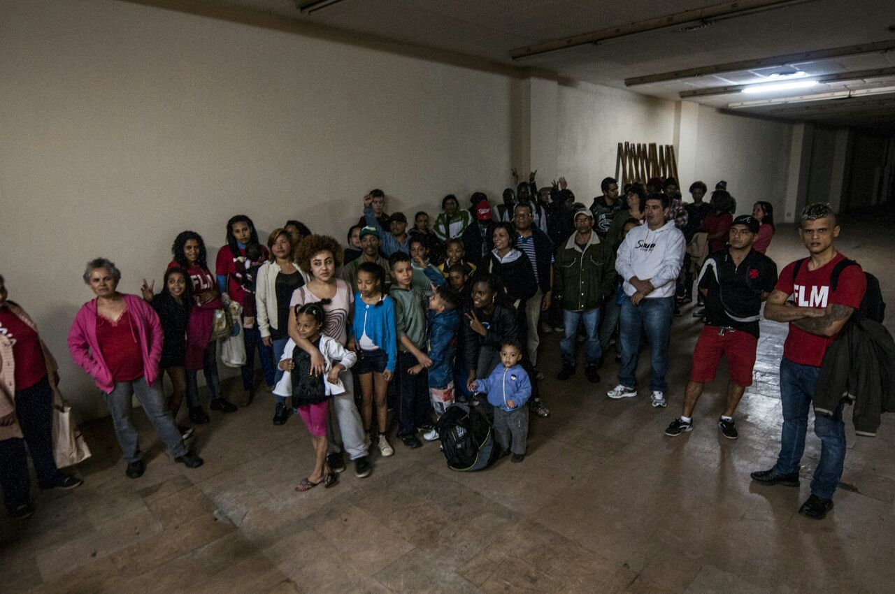 {{ Famílias que ocuparam o galpão - Foto: Rodrigo Zaim - R.U.A Foto Coletivo}}