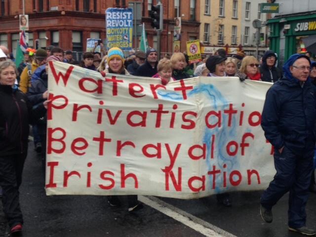 Pelo direito à água pública, 100 mil marcham nas ruas de dublin