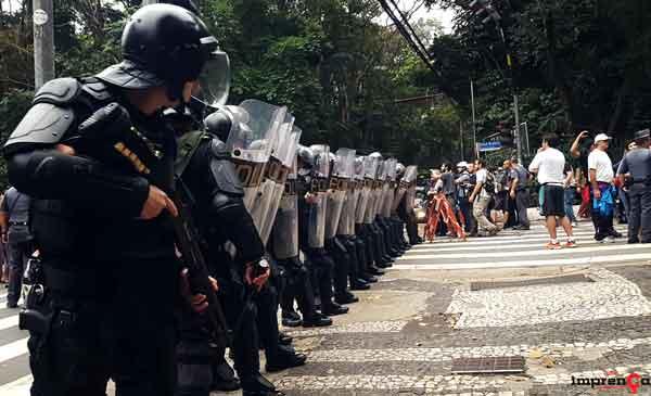 NOVO Vídeo mostra pm ajoelhado no pescoço de motoboy durante abordagem em São Paulo