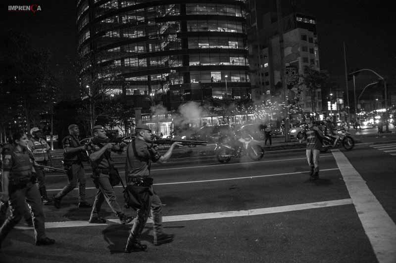 PMs atirando em manifestantes