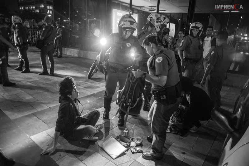 PMs revistam mochila de manifestante